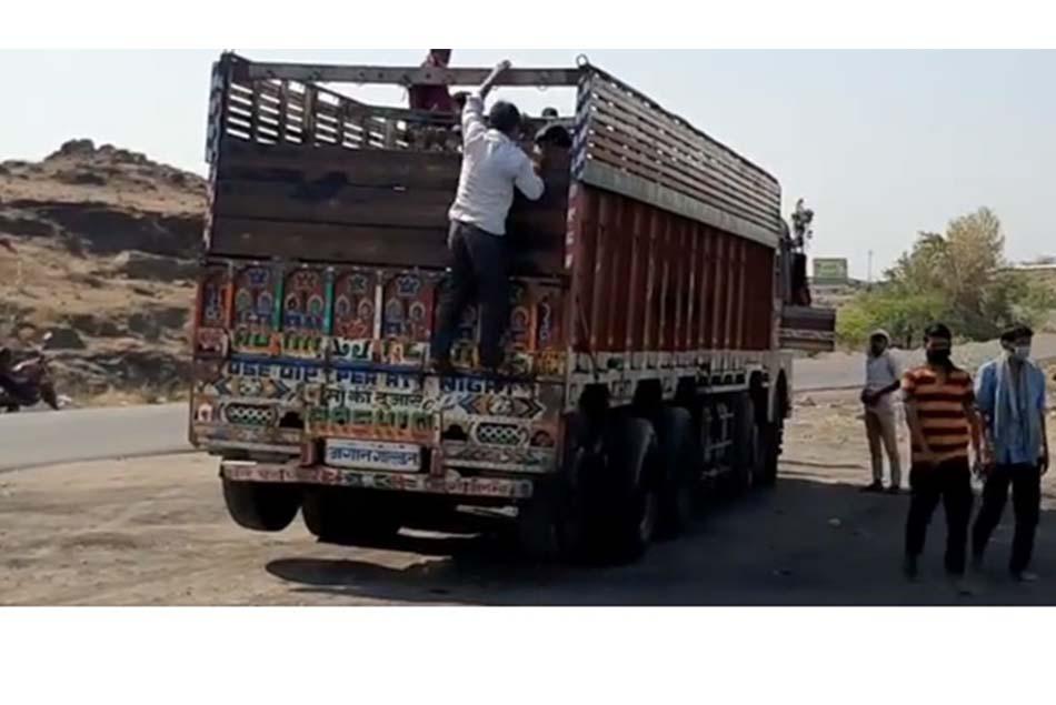 महाराष्ट्र भुखा जाने नही देगा…! यह भावना जीने का सहारा है..!!!!! उत्तर प्रदेशला (बस्ती जिल्हा) दुचाकीवर निघालेल्या 6 तरुण मजुरांची भावना